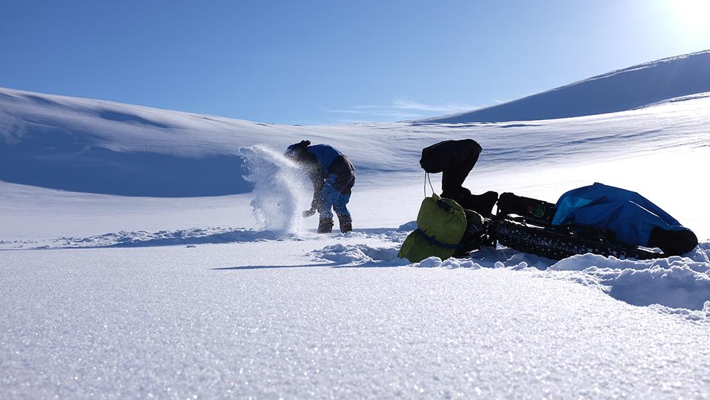 Jan Žďánský, jak do sněhu kope díru pro stan