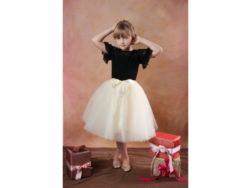 Délka sukně 50 cm, výška modelky je 125 cm