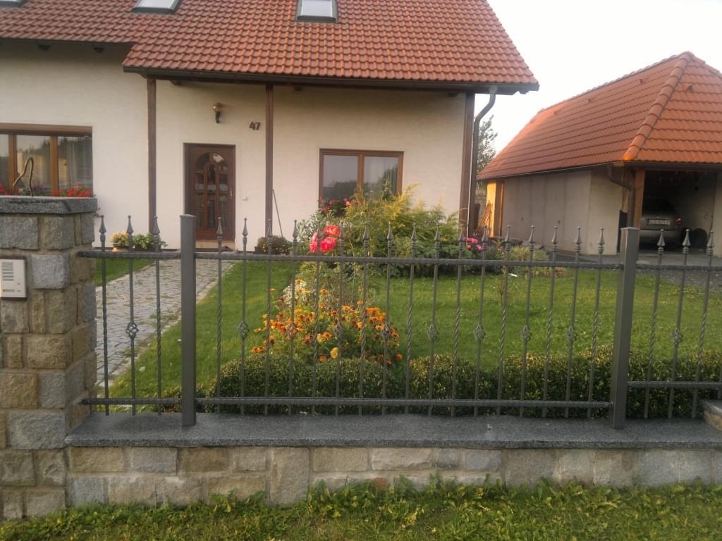 Reference: kovaný plot u rodinného domu