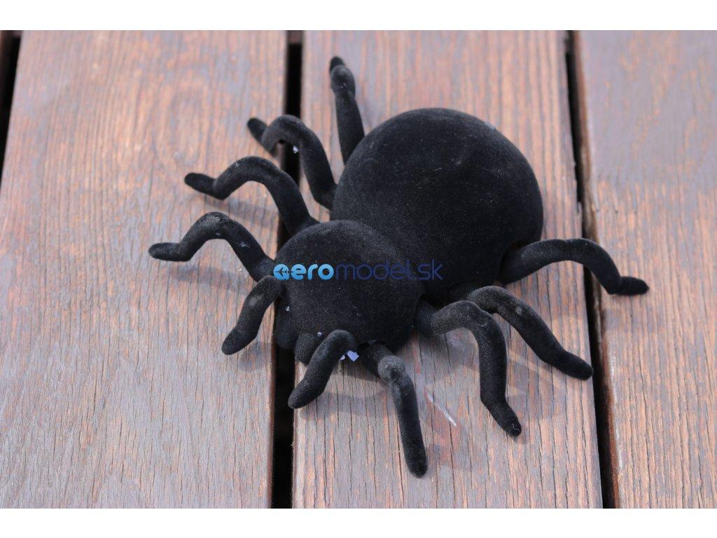 Pavúk lezúci po stene na diaľkové ovládanie