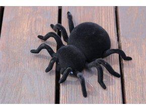 Pavouk lezoucí po stěně na dálkové ovládání