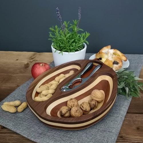 Miska s ořechy a louskáčkem