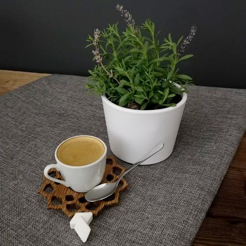 Šálek kávy s levitující lžičkou