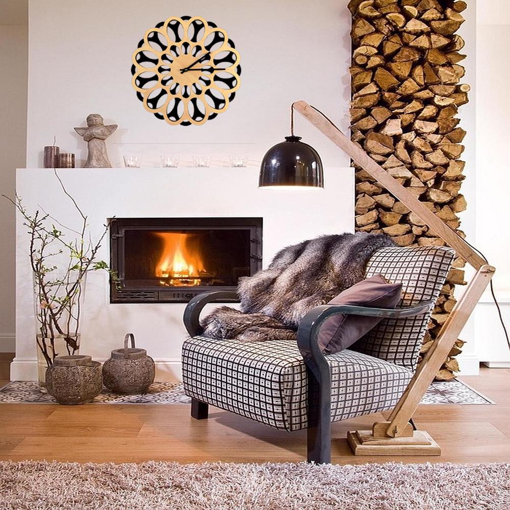 Designové nástěnné hodiny v kombinaci přírodní dřevo a černá barva