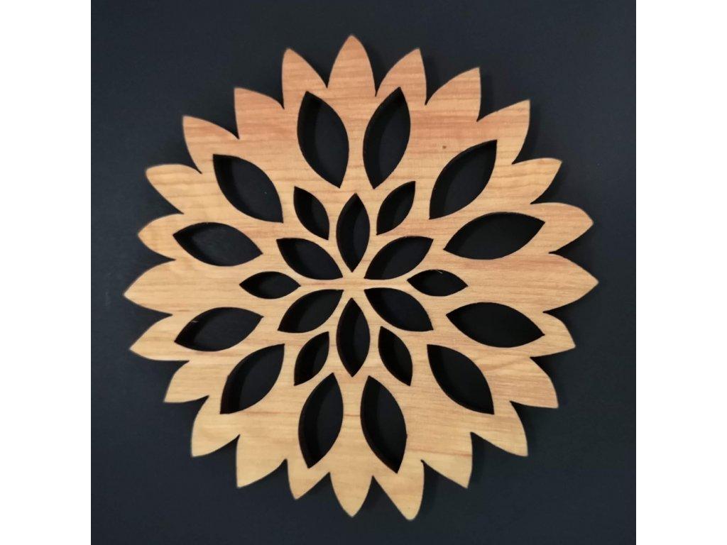 Dřevěný podtácek kulatý ve tvaru květu, masivní dřevo, průměr 9 cm