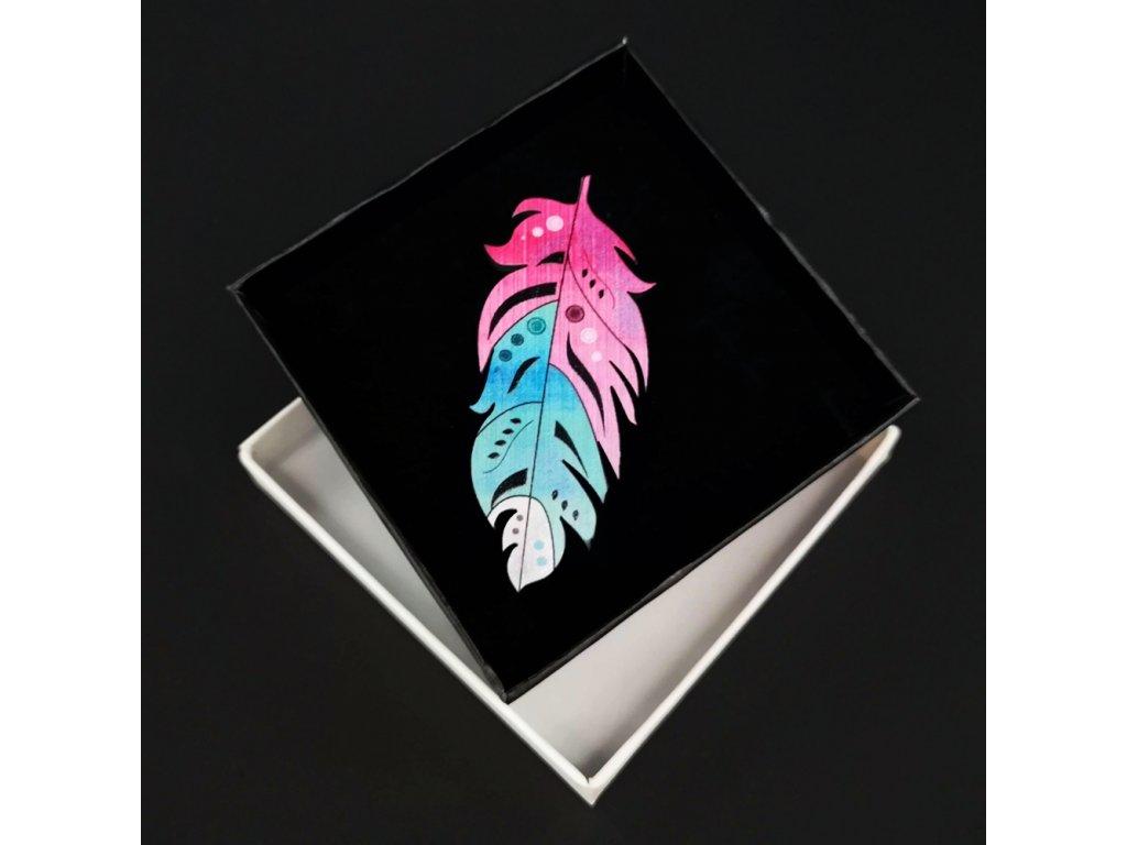 Dřevěná brož barevné peříčko, 7x3 cm
