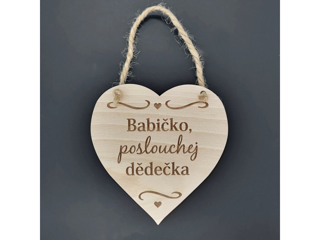 Dřevěné srdce s nápisem Babičko, poslouchej dědečka