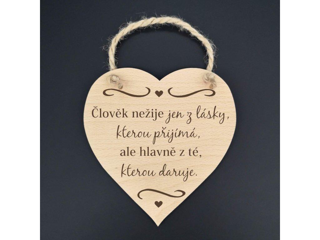 Dřevěné srdce s nápisem Člověk nežije jen z lásky