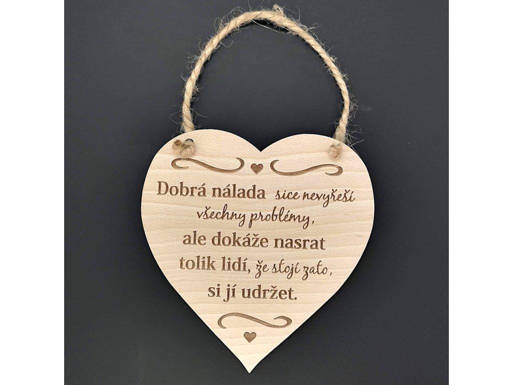 Dřevěné srdce s nápisem Dobrá nálada sice nevyřeší