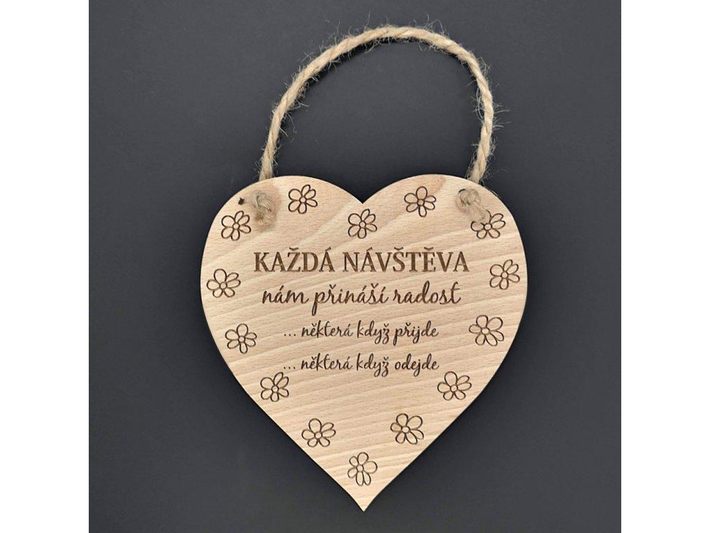 Dřevěné srdce s nápisem Každá návštěva