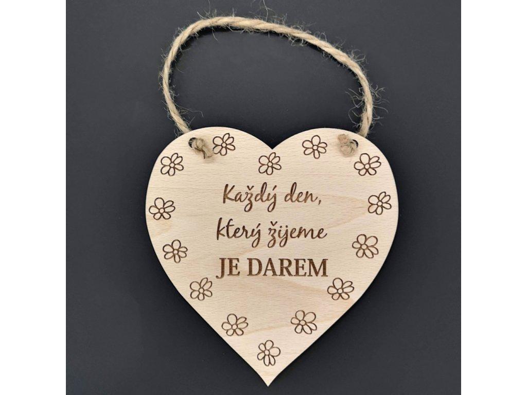 Dřevěné srdce s nápisem Každý den, který žijeme