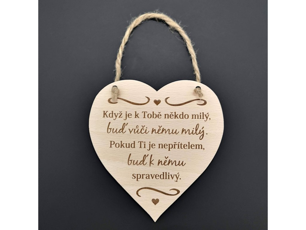 Dřevěné srdce s nápisem Když je k Tobě někdo
