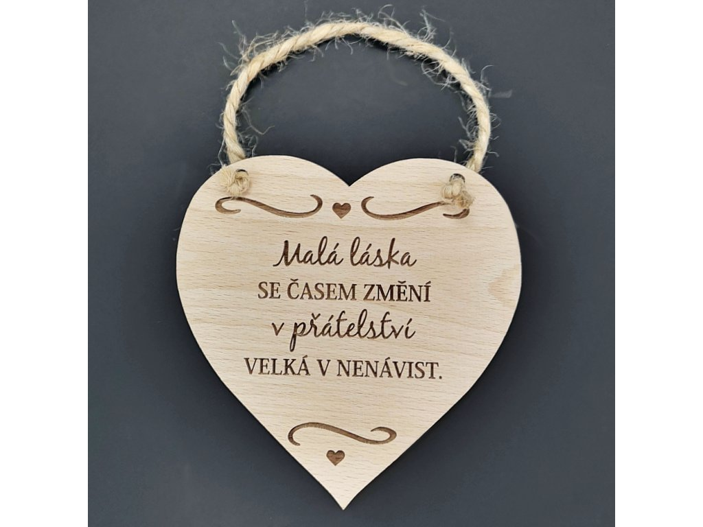Dřevěné srdce s nápisem Malá láska se časem