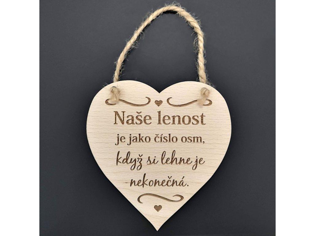 Dřevěné srdce s nápisem Naše lenost je jako