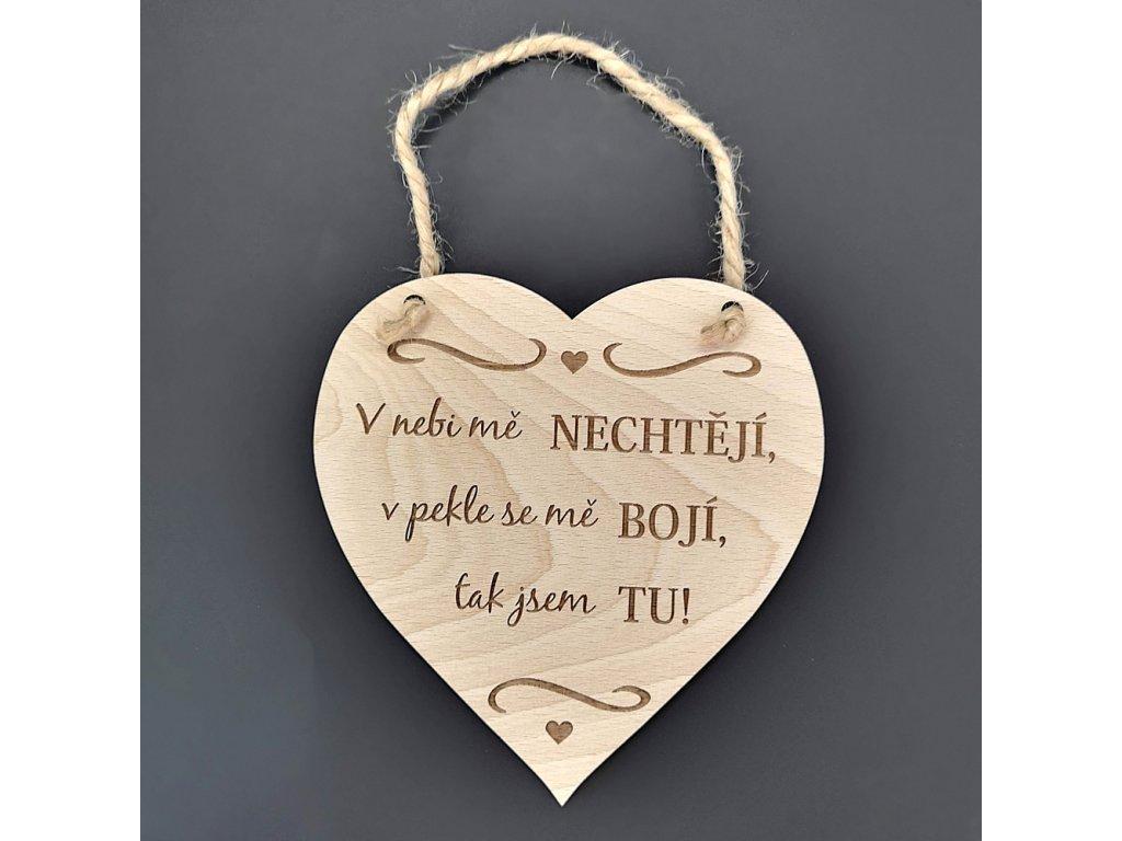 Dřevěné srdce s nápisem V nebi mě nechtějí, v pekle se mě bojí, tak jsem tu