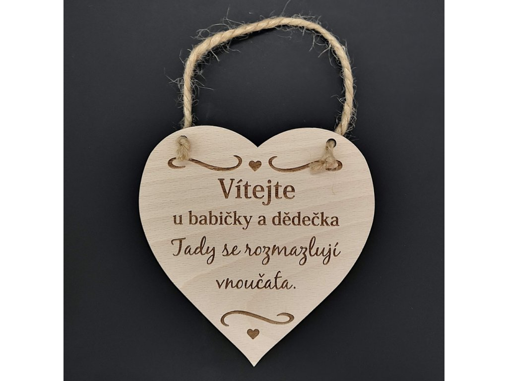 Dřevěné srdce s nápisem Vítejte u babičky a dědečka, tady