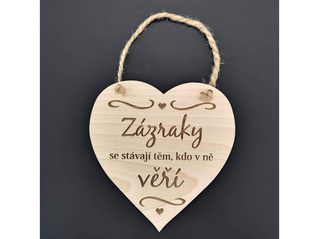 Dřevěné srdce s nápisem Zázraky se stávají těm, kdo v ně věří