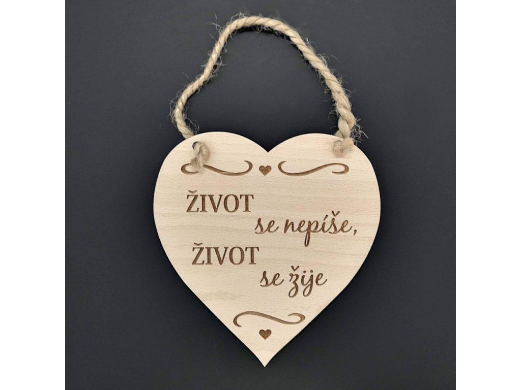 Dřevěné srdce s nápisem Život se nepíše, život se žije