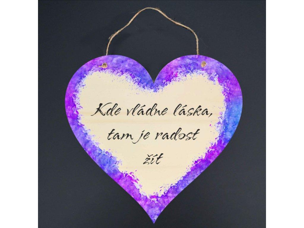 Dřevěné srdce s nápisem Kde vládne láska,tam je radost žít