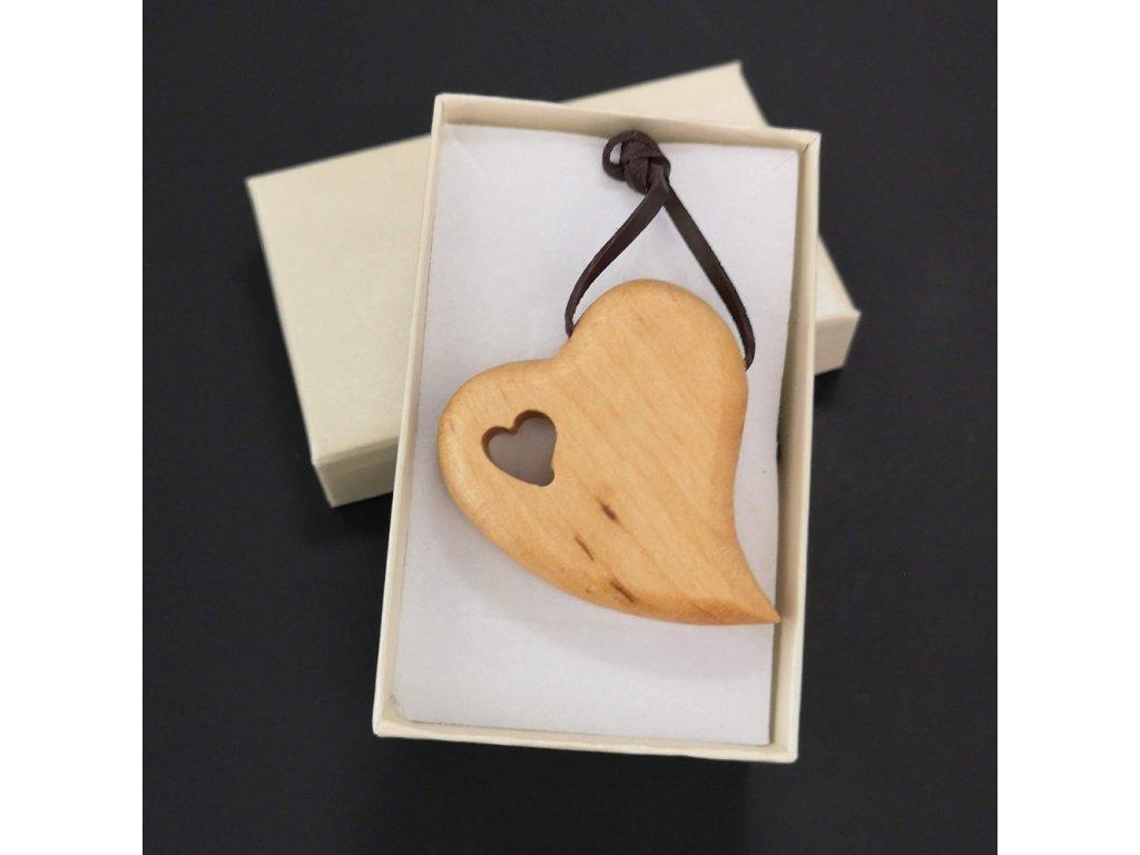 Dřevěný přívěsek na krk ve tvaru srdce, 4,5x4 cm