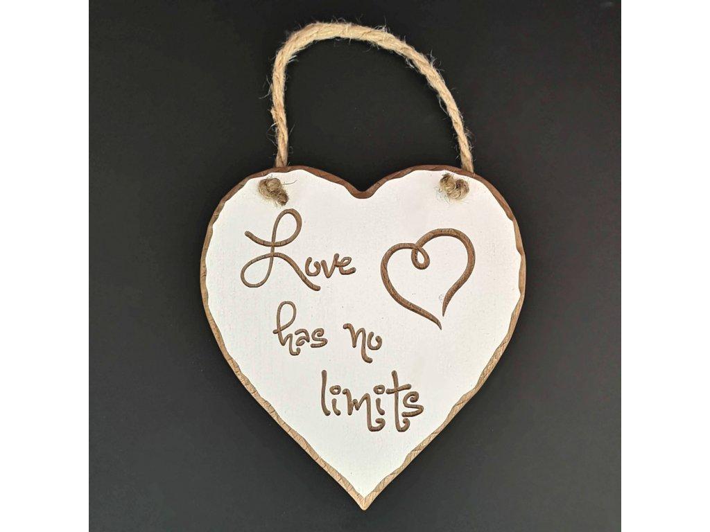 Dřevěné srdce s rytým textem Love has no limits