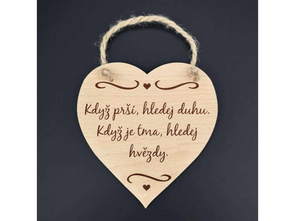 Dřevěné srdce s textem Když prší, hledej duhu. Když je tma, hledej hvězdy, masivní dřevo, 16x15 cm