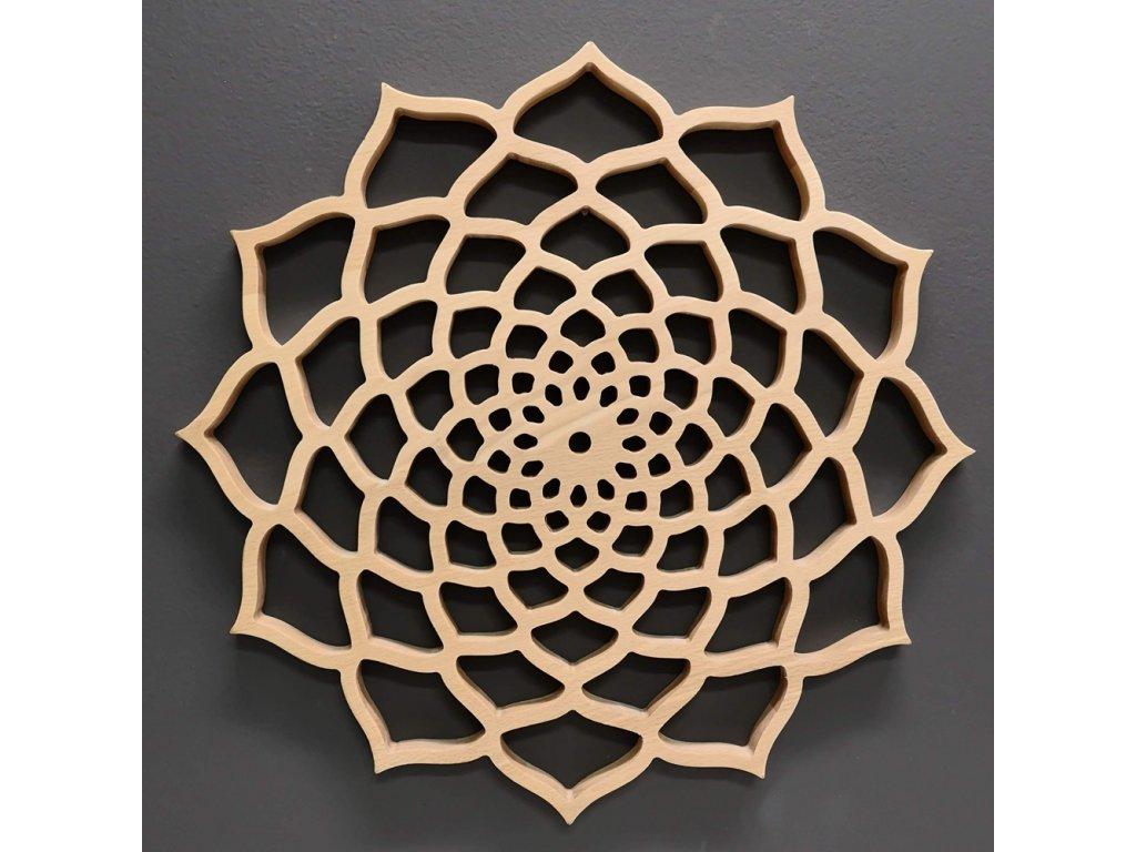 Dřevěná mandala na zavěšení, masivní dřevo, průměr 40 cm