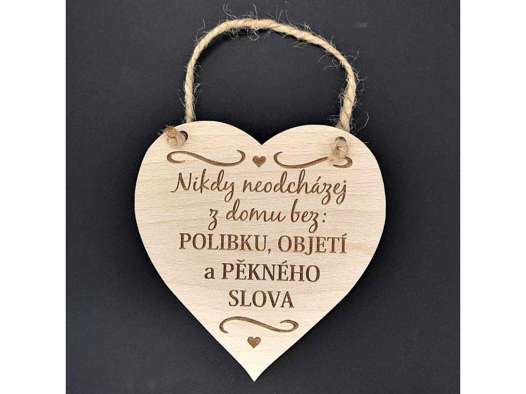 Dřevěné srdce s nápisem Nikdy neodcházej z domu bez polibku,..., masivní dřevo, velikost 16x15cm
