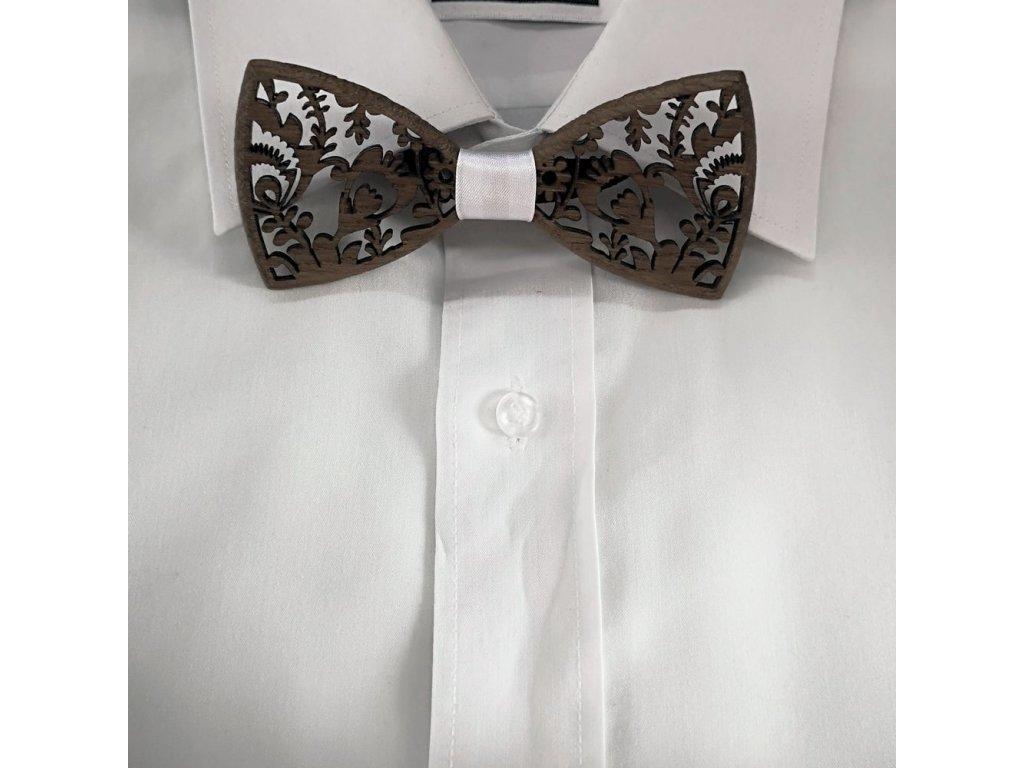 Dřevěný motýlek k obleku - krajka s bílou stuhou 11 cm