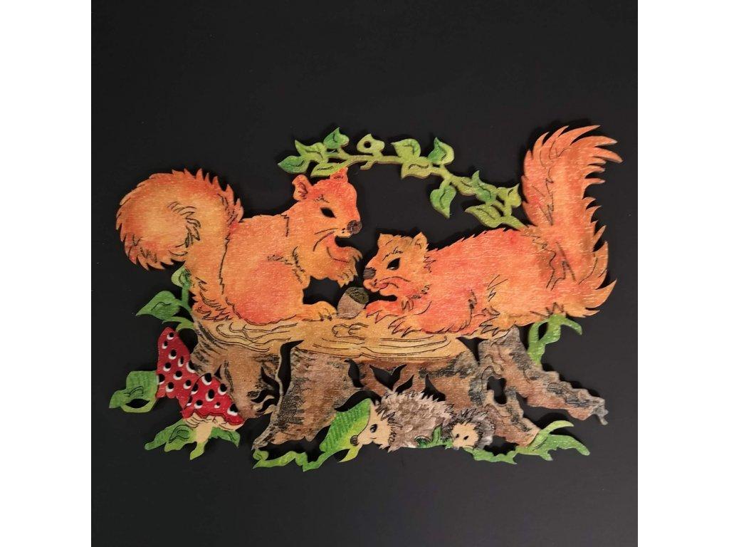 Dřevěná ozdoba barevná veverky na pařezu 20 cm