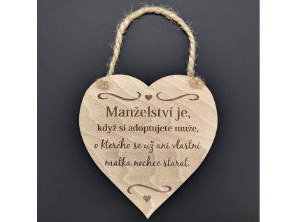 Dřevěné srdce s nápisem Manželství je, když si adoptujete