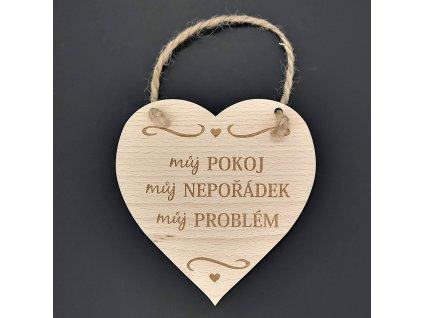 Dřevěné srdce s nápisem Můj pokoj, můj nepořádek, můj problém