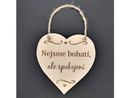 Dřevěné srdce s nápisem Nejsme bohatí, ale spokojení