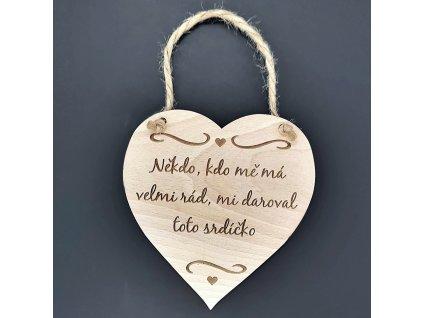 Dřevěné srdce s nápisem Někdo, kdo mě má velmi rád