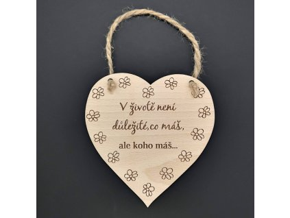Dřevěné srdce s nápisem V životě není důležité, co máš, ale...
