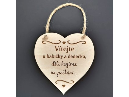 Dřevěné srdce s nápisem Vítejte u babičky a dědečka, děti