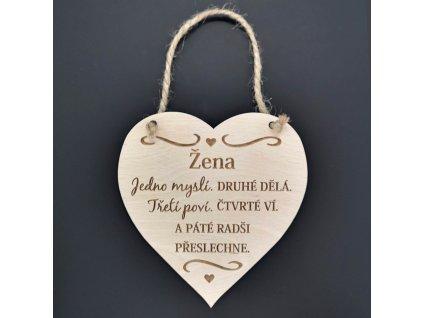 Dřevěné srdce s nápisem Žena jedno myslí, druhé