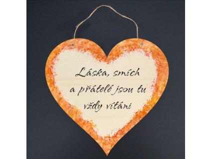 Dřevěné srdce s nápisem Láska, smích a přátelé jsou tu vždy vítáni