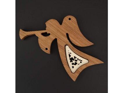 Dřevěná ozdoba z masivu s vkladem - anděl s trumpetou a ornamentem 12 cm