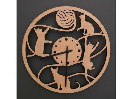 Dřevěné hodiny nástěnné kulaté s motivem hrajících si koček, masivní dřevo, průměr 25 cm