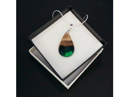 Dřevěný přívěsek na krk z pryskyřice zelený - mix barev