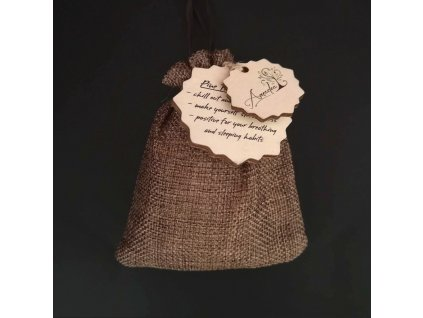 Jutový sáček s aroma naplní borových pilin a přívěskem