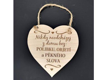 Dřevěné srdce s nápisem Nikdy neodcházej z domu bez polibku