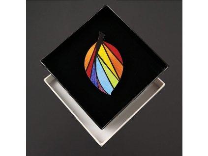 Dřevěná brož barevná ve tvaru listu, 6x3,5 cm, český výrobek