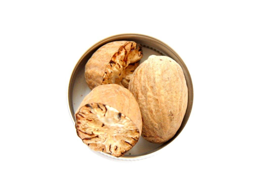 muškátový ořech celý a