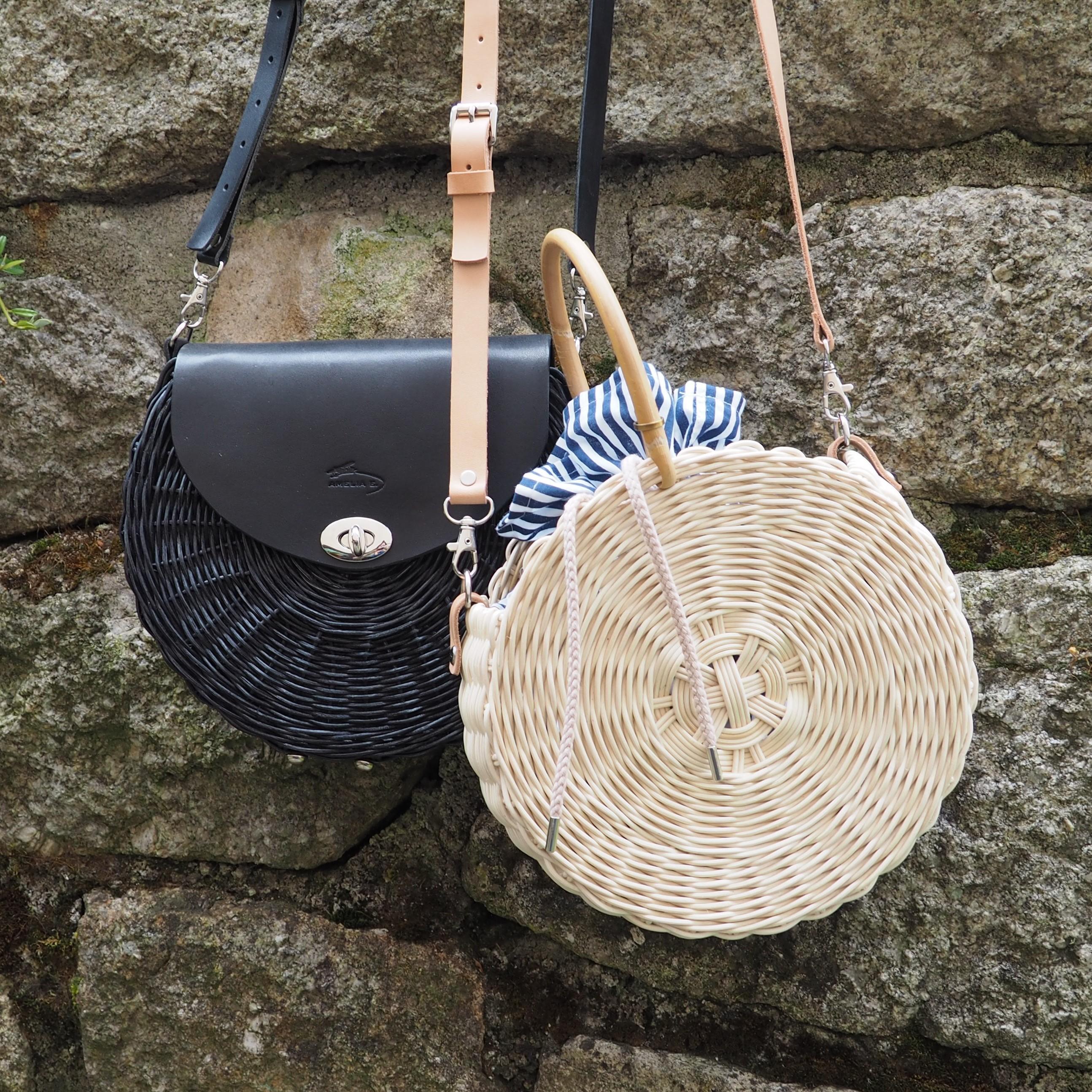 Kulatá kabelka z proutí