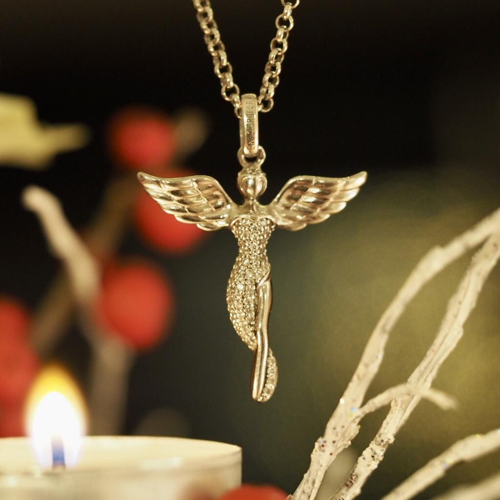 Andělé jsou s námi i o Vánocích.