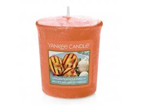 Votivní svíčka Yankee Candle Grilované broskve a vanilka, 49 g