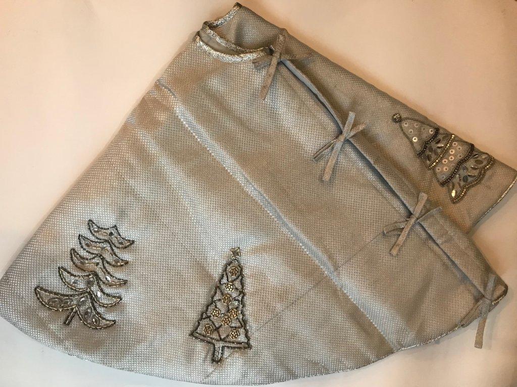 Vánoční stříbrná sukně pod strom