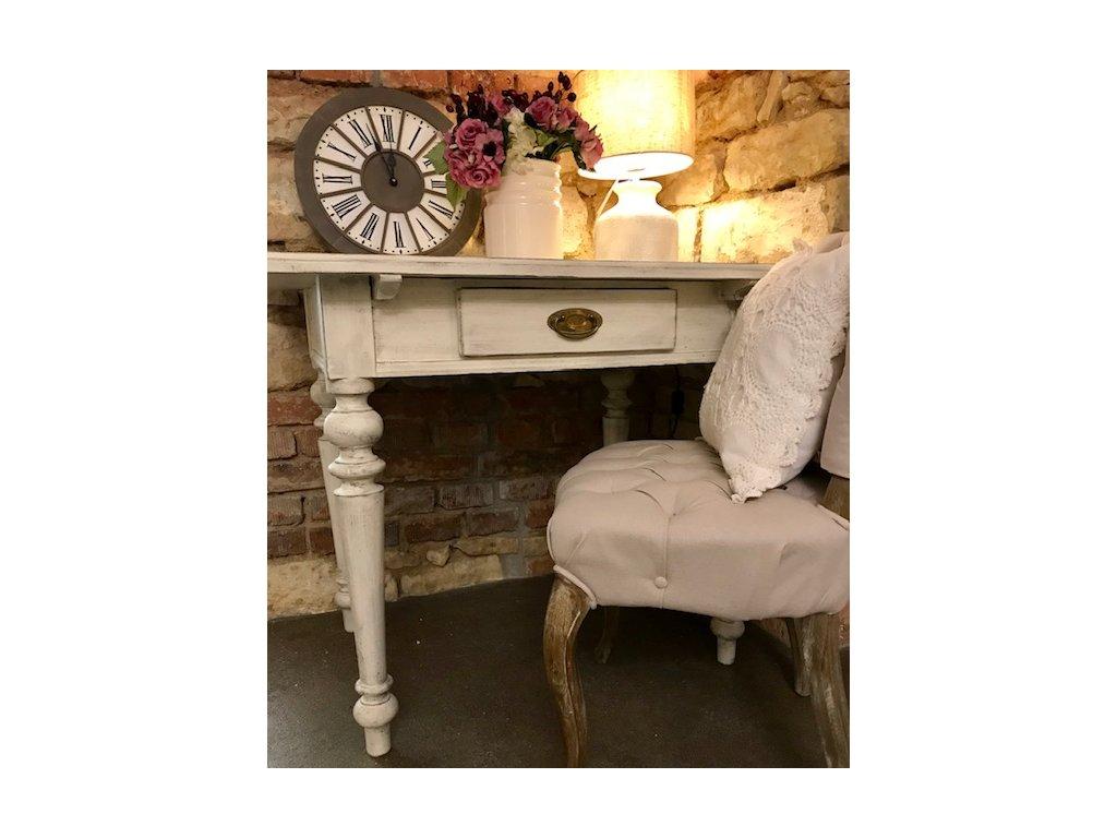 Stůl v bílé barvě ve stylu Provence